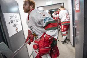 En lille flok trofaste fans og sponsorer forsøger at holde fanen oppe i ishockeyklubben Bulldogs, der i øjeblikket er gået bag dansen