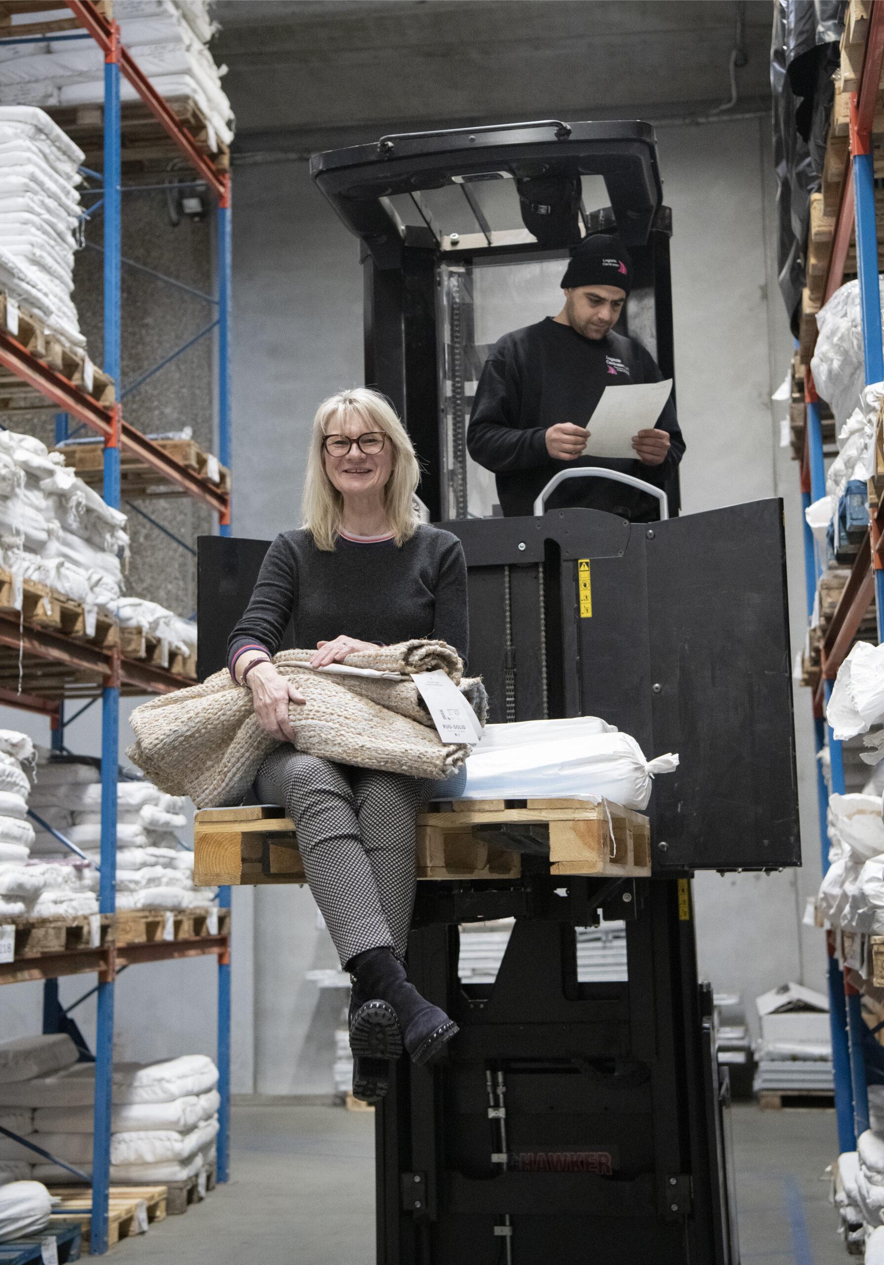 Tina Stuntman driver tæppevirksomheden Rug Solid, der blandt andet laver tæpper af plastrester og genbrugsmaterialer.